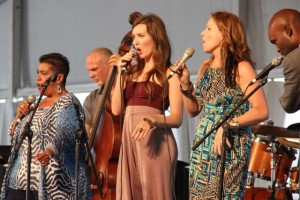 Sängerinnen auf einer Bühne